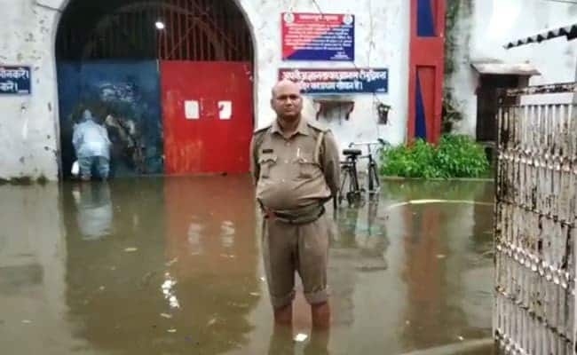 UP – About 850 prisoners shifted from Ballia jail after heavy rain.